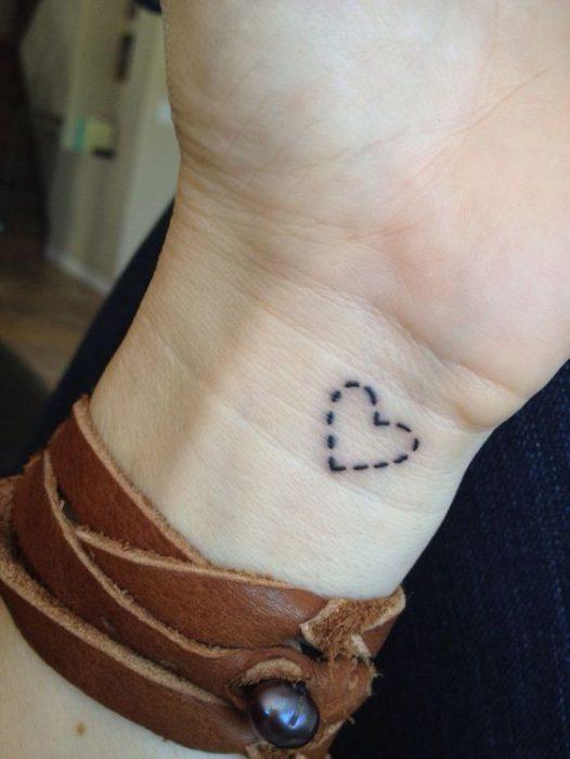 tatuaje contorno corazon