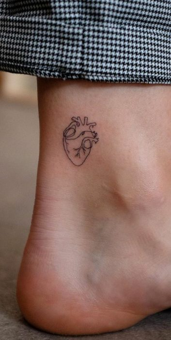 tatuaje corazon detallado tobillo