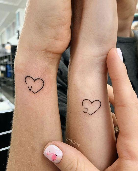 tatuaje corazon iniciales