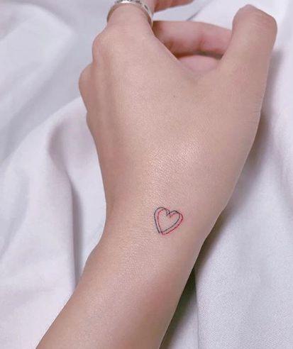 tatuaje corazon pequeno rojo
