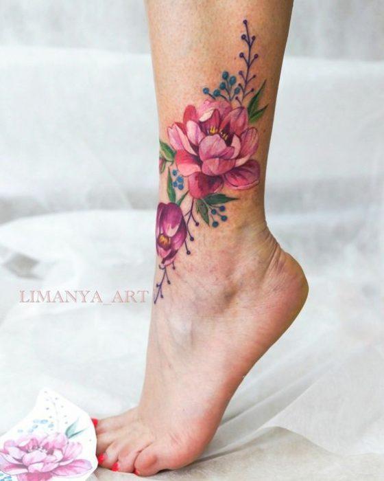 tatuaje flor grande tobillo