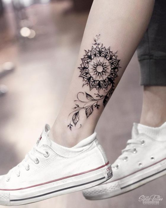 tatuaje mandala tobillo