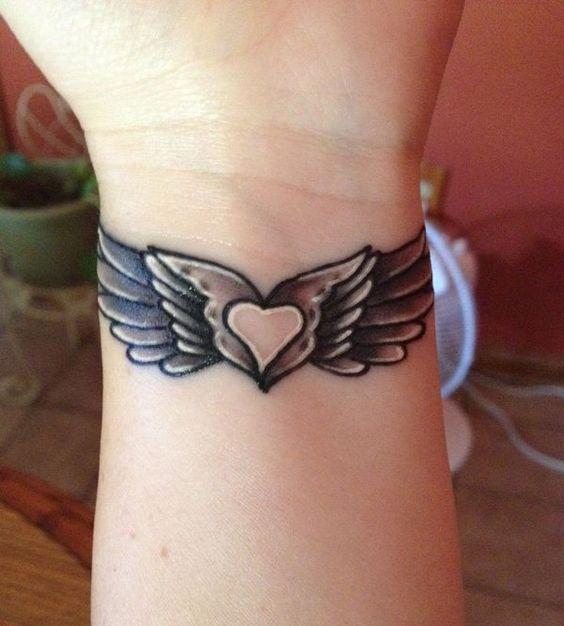 tatuaje muneca corazon con alas