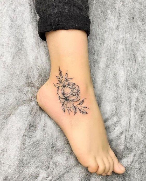 tatuaje rosa sin color tobillo