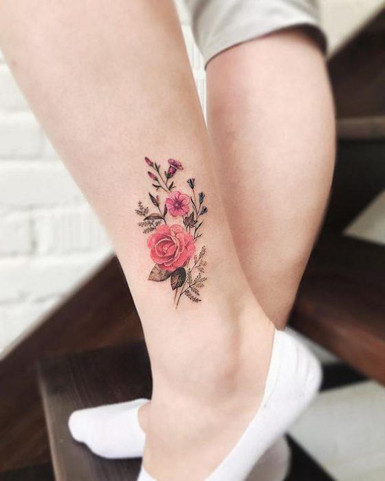 tatuaje rosa tobillo