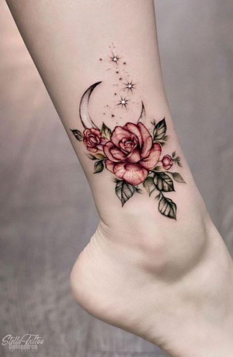 tatuaje rosa y lona tobillo