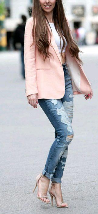 blazer rosa jeans y top