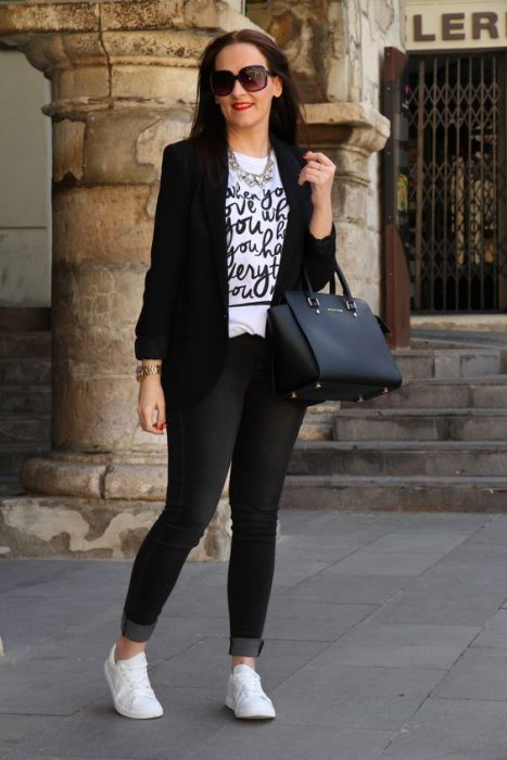 jeans remera con impresiones y blazer