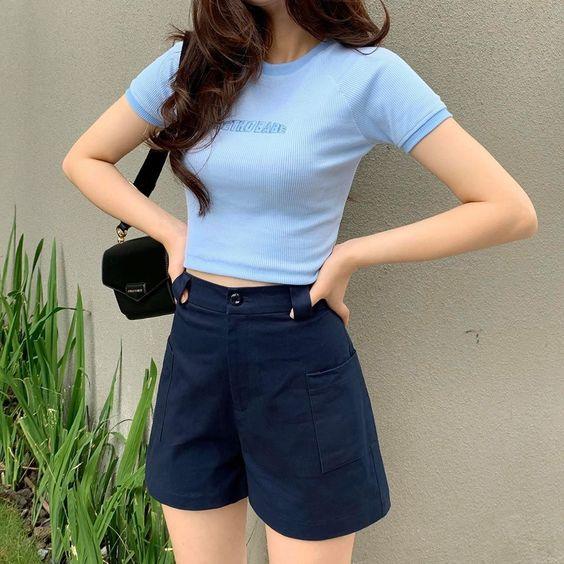 look informal juvenil con short azul oscuro