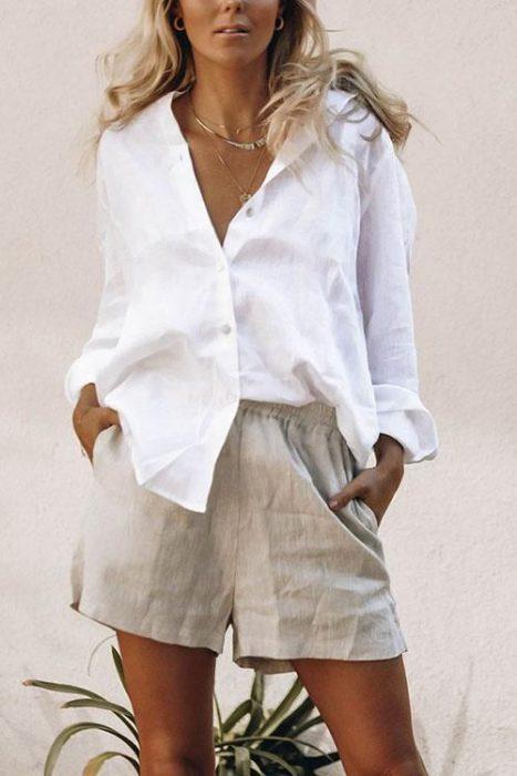 look relajado con short y blusa blanca