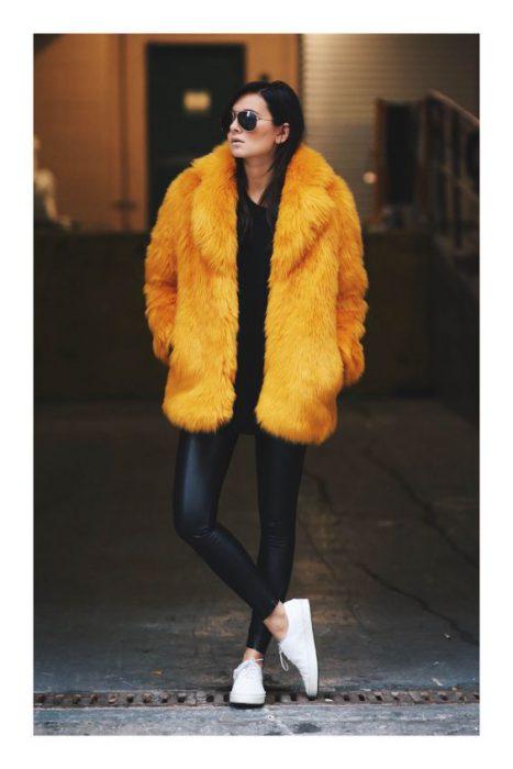 looks con abrigos de piel sintetica moda 2021