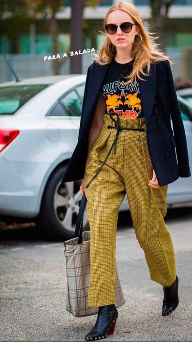 pantalon de vestir a cuadros y remera con estampa