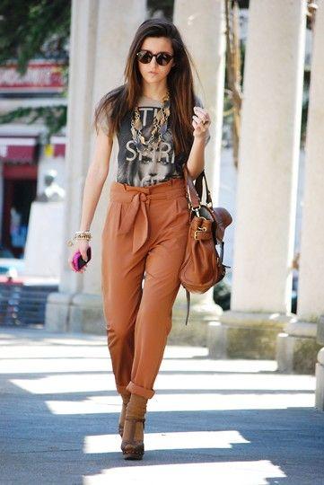 pantalon de vestir con lazo y remera con impresiones