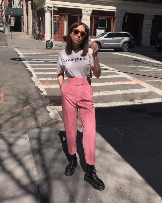 pantalon de vestir y borcegos remera basica look juvenil