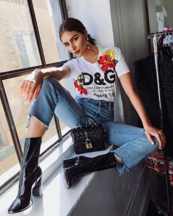 remera basica con impresiones y jeans