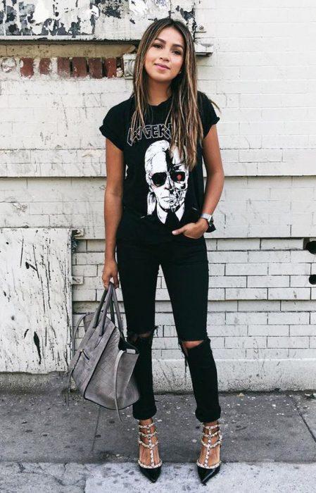 remera con impresiones y jeans negro