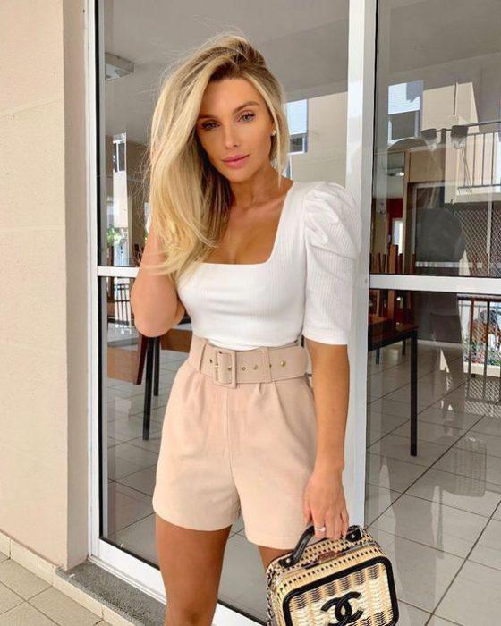 short beige y blusa blanca