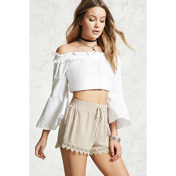 short beige y blusa blanca verano