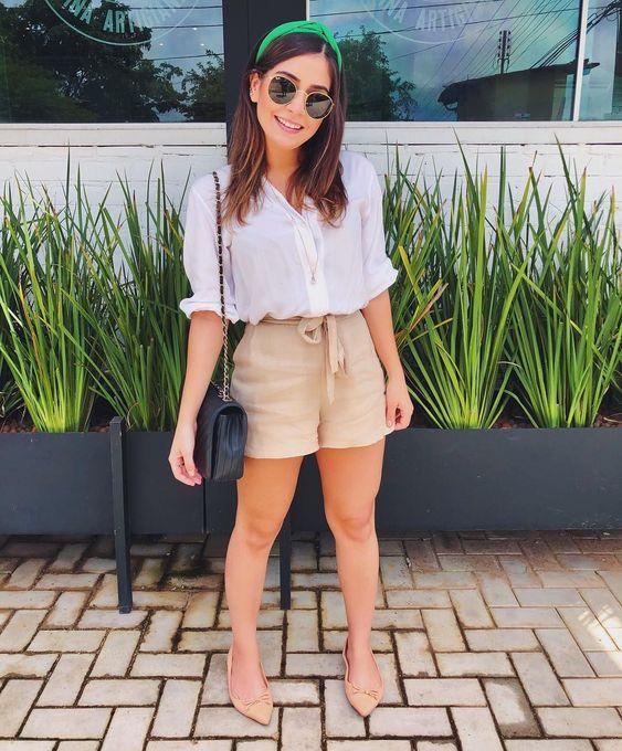 short beige y camisa blanca