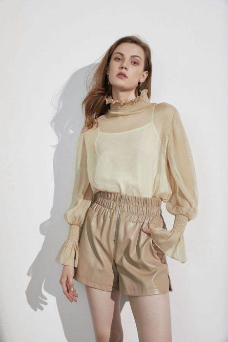 short engomado beige y blusa beige