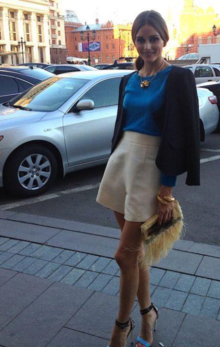 short sastrero beige y blusa azul