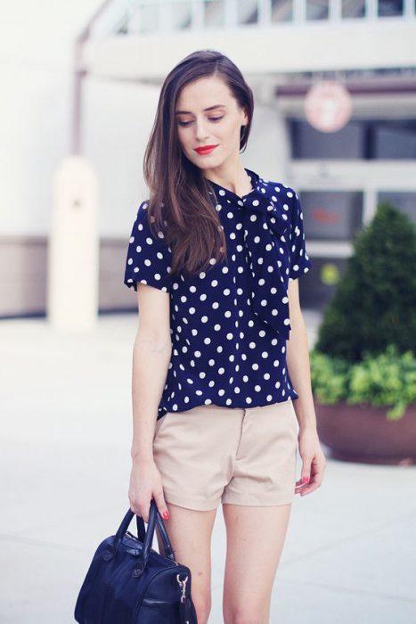 short y blusa a lunares azul