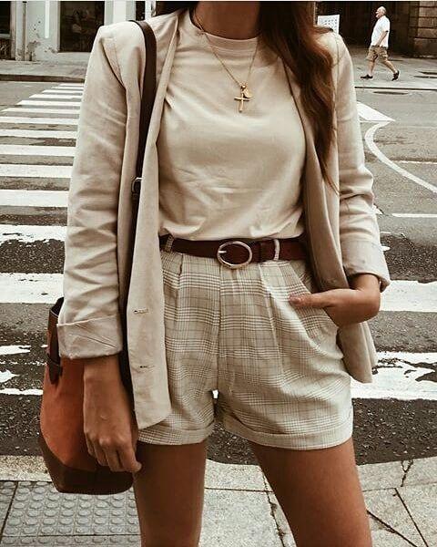 short y remera beige