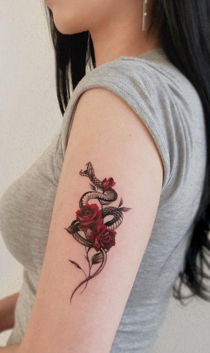 tatuaje brazo serpiente y rosa