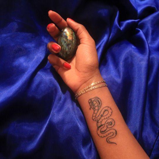 tatuaje cobra mujer
