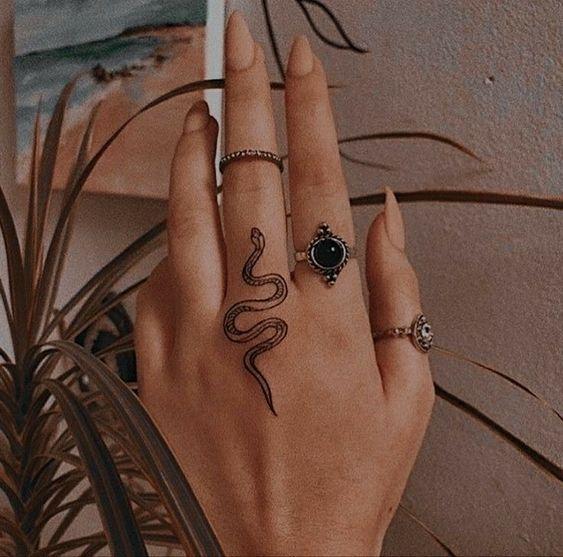 tatuaje serpiente en la mano