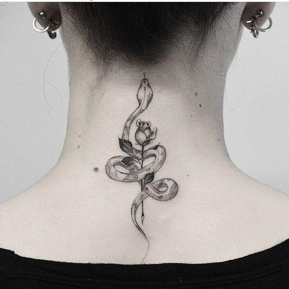 tatuaje serpiente y rosa