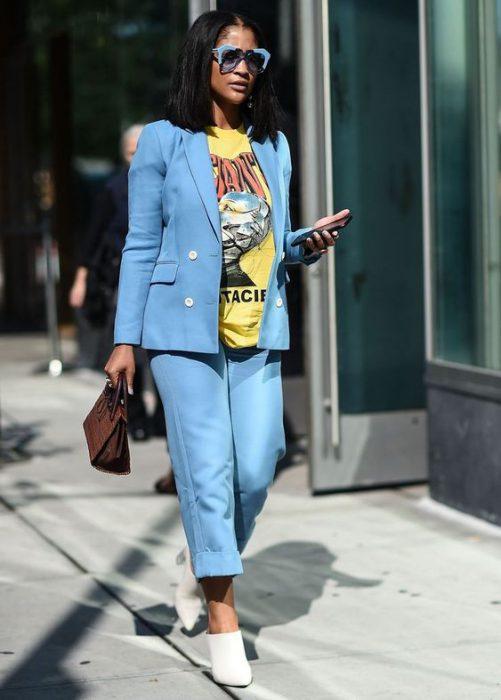 traje con remera basicac con estampa