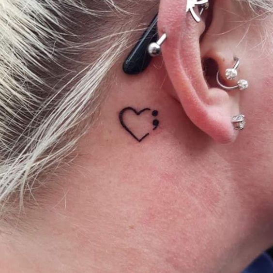 corazon y punto y coma oreja tatoo