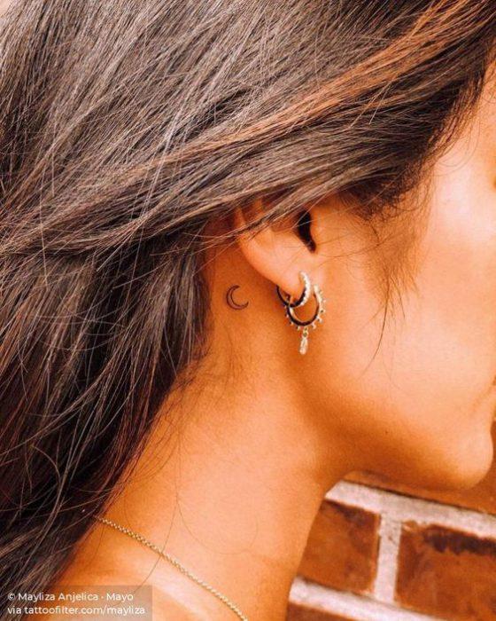 luna pequena tatoo oreja