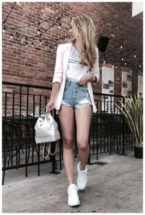 short jeans zapatillas y blazzer