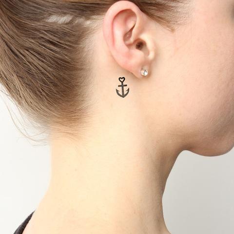 tatuaje ancla corazon oreja