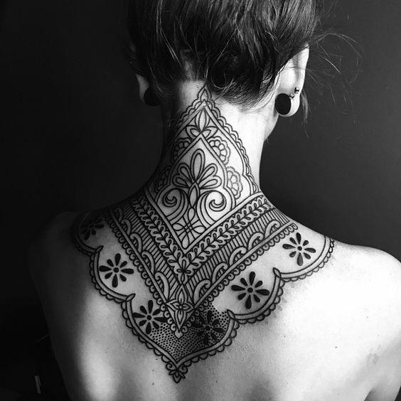 tatuaje espada y cuello