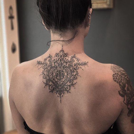 tatuaje espalda alta mujer
