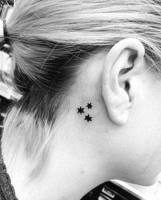 tatuaje estrellas oreja