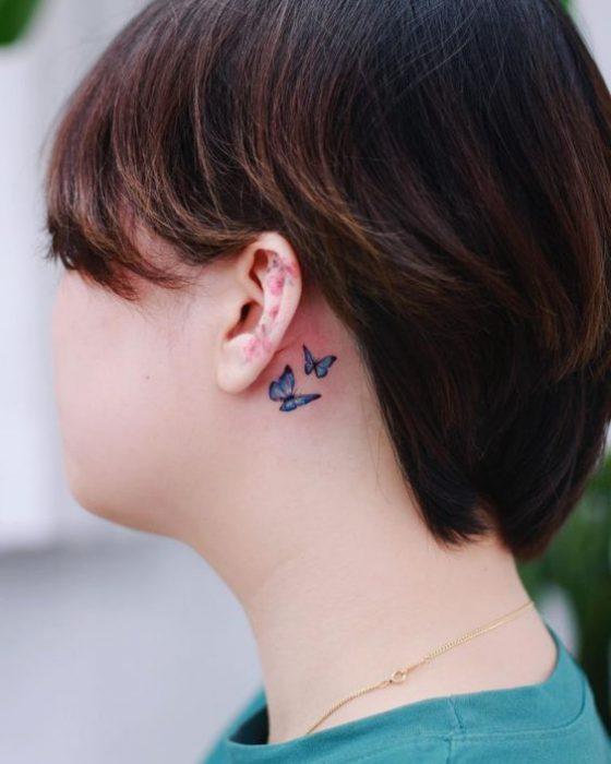 tatuaje mariposas oreja