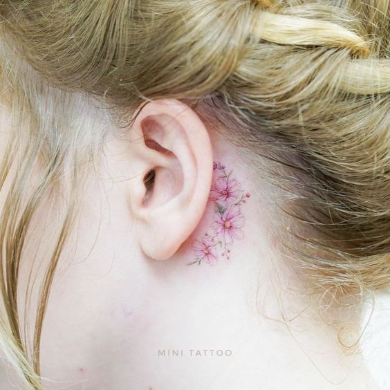 tatuajes flor colores oreja