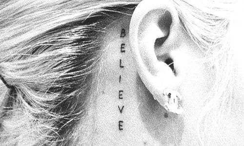 tatuajes palabra atras oreja