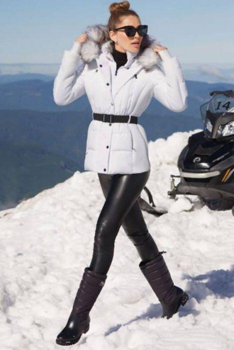 calza engomada y campera de abrigo blanca