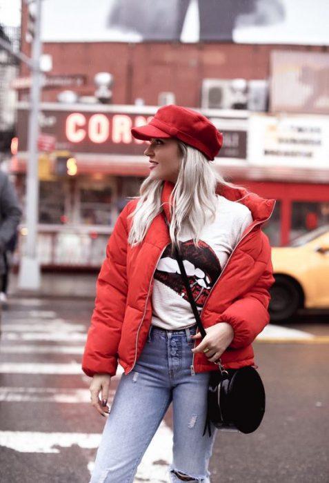 camera de abrigo roja y jeans