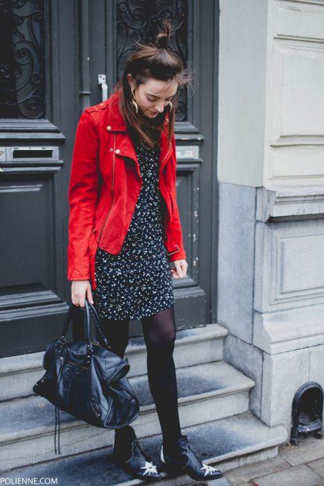 camera roja y vestido