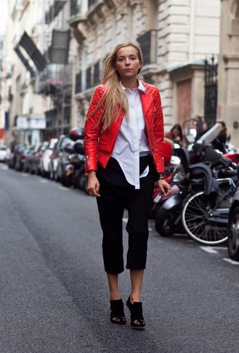 camisa blanca y campera de cuero roja look