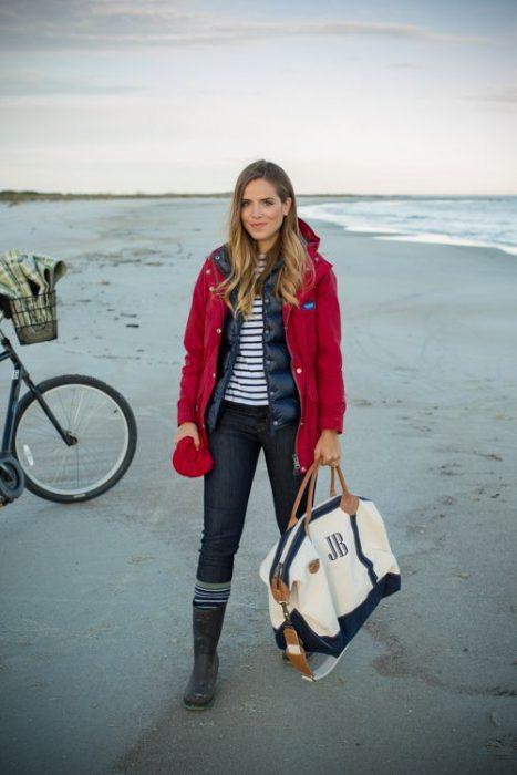 campera de abrigo roja y jeans