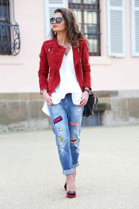 campera roja y blusa blanca