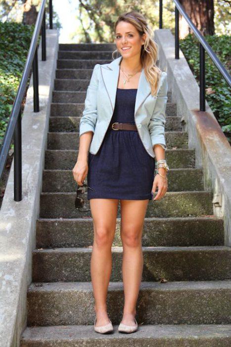 look casual con blazer y vestido corto