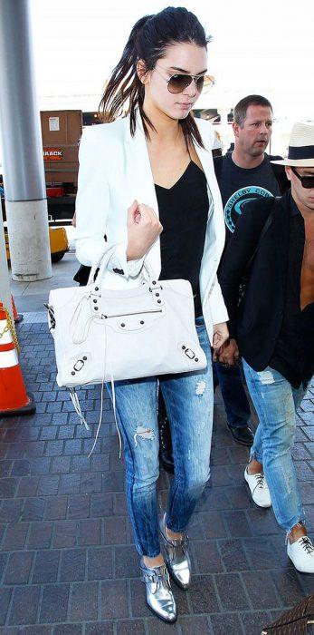 look informal jeans y zapatos plateados
